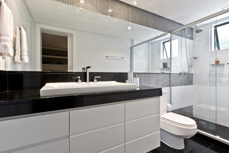 decoracao banheiro pequeno preto e branco : decoracao banheiro pequeno preto e branco:Preto e branco: combinação clássica, mas sempre moderna para a